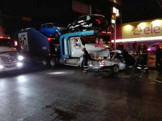Pierde la vida automovilista tras ser arrollado por tráiler en Ecatepec