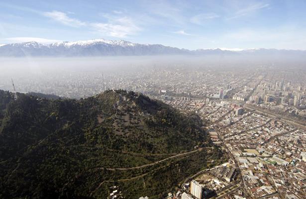 Consume incendio pastizales en principal parque de Santiago de Chile