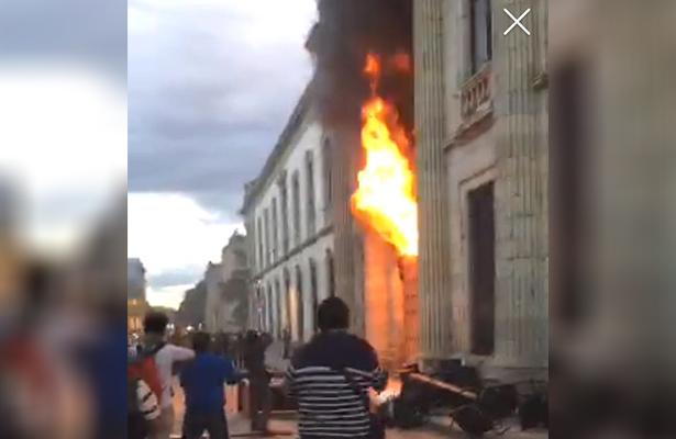 Liberan a los que incendiaron puerta de la UABJO