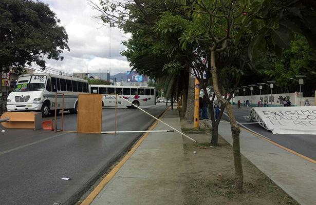 Porros se apoderan de rectoría de la UABJO y secuestran autobuses