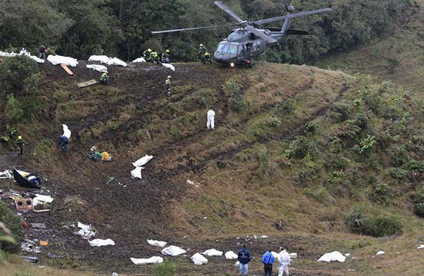 Rescatan 64 cuerpos tras avionazo del club Chapecoense