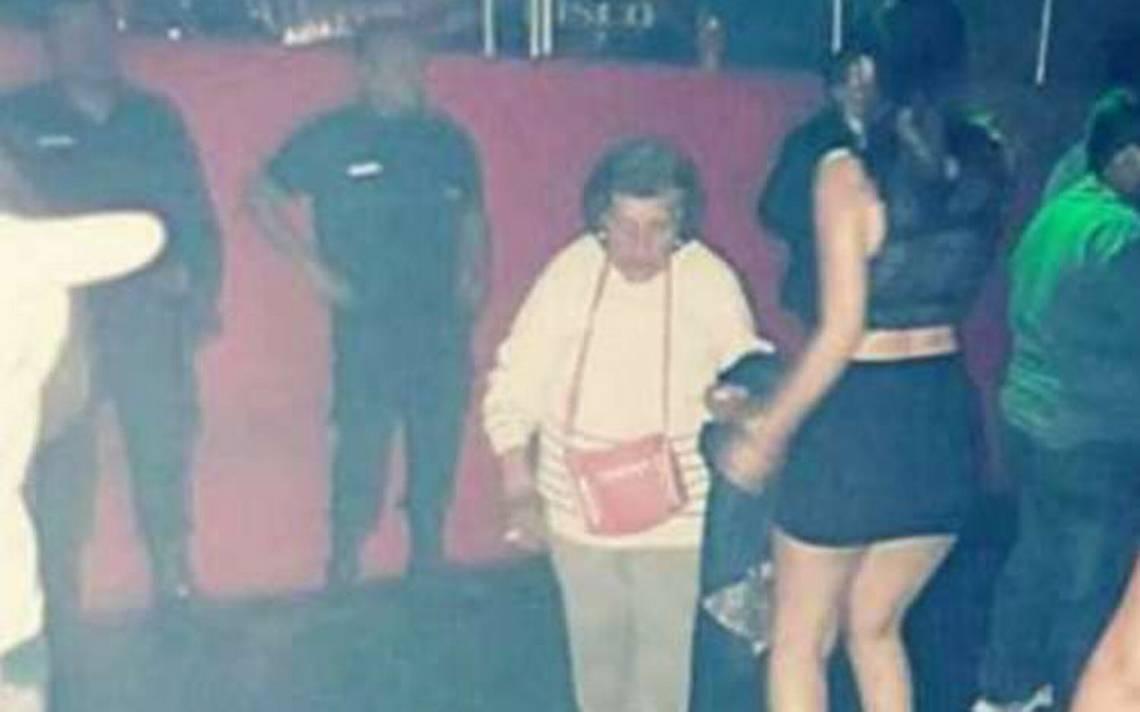 Abuela busca en una disco a su nieta para que se haga cargo de su bebé
