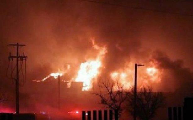 Evacuan a 300 personas por incendio en bodega de muebles en Nuevo León