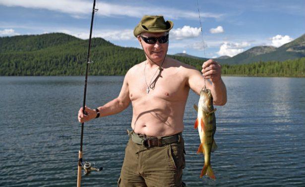 [Fotos] Putin se quita de nuevo la camisa y lo captan broceándose