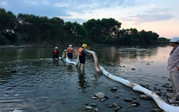 Limpian derrame de aceite en tres ríos