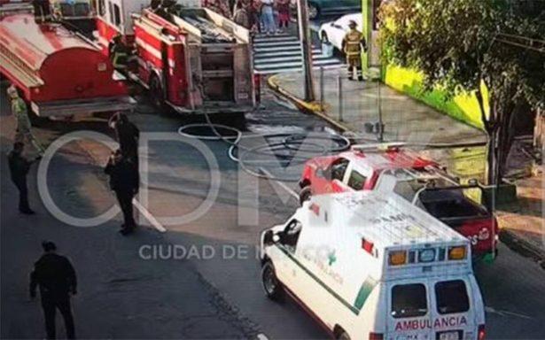 Bomberos sofocan incendio en San Juan de Aragón; no hay lesionados