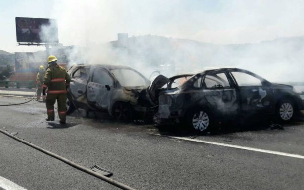 Se incendian dos coches en segundo piso de periférico en Cuatitlán Izcalli