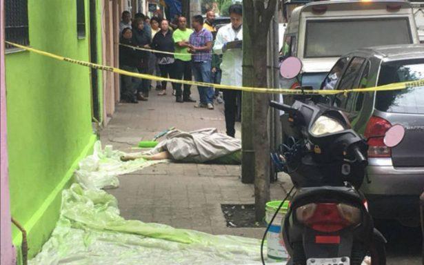 Recibe descarga eléctrica y cae del tercer piso en la Miguel Hidalgo