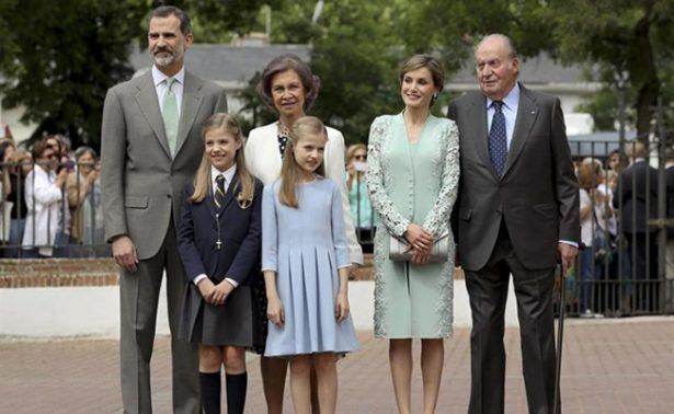 Sofía de España hace su primera comunión