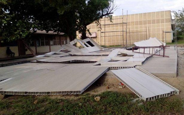 Derrumba viento aulas provisionales en Oaxaca