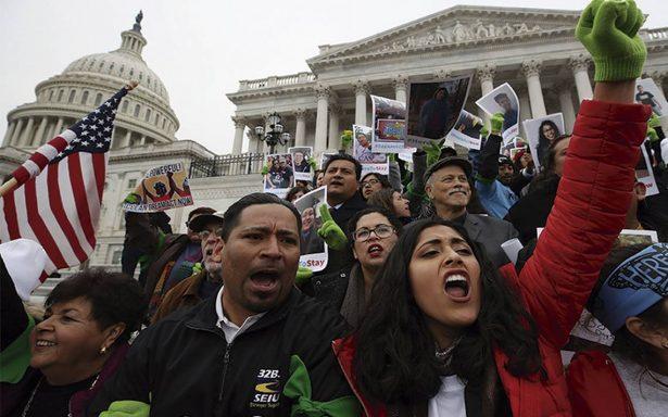 Manifestantes y dreamers llegan a exigir ayuda al Capitolio