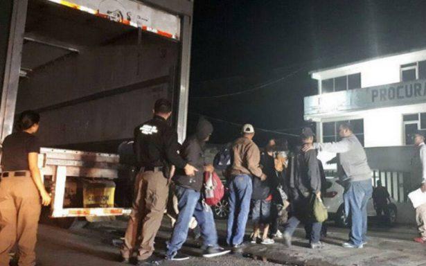 Rescatan a 153 migrantes hacinados en un tractocamión en Tabasco