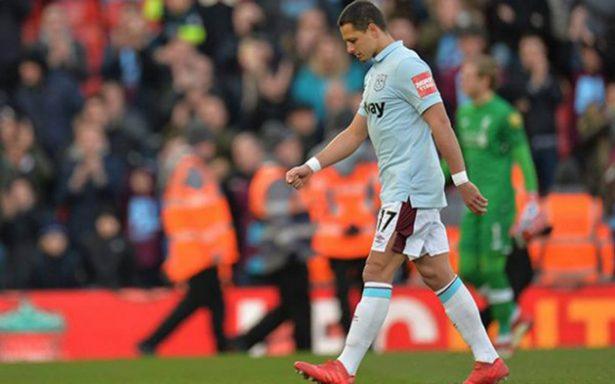 Chicharito poco puede hacer en el baile que le metieron al West Ham