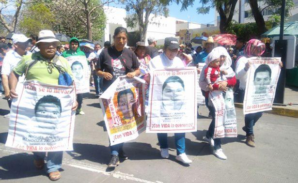 Padres de los 43 normalistas marchan en Oaxaca