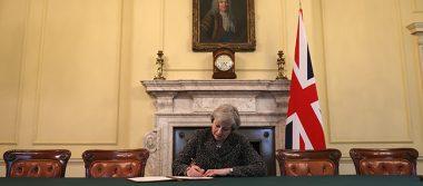 Theresa May firma carta para que este miércoles comience el Brexit
