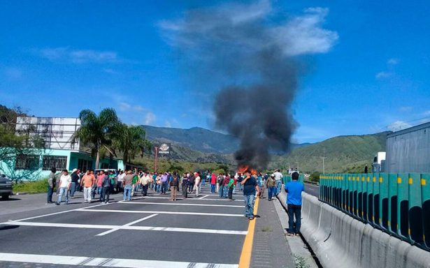 Rescatan a 10 policías retenidos por pobladores en Veracruz