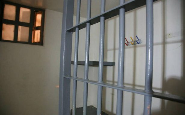 Policías dan permiso a detenido para ir al baño… y se les escapa