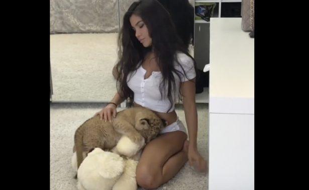 """[Video] Modelo """"recrea"""" El Rey León pero su cachorro le hace pipí"""