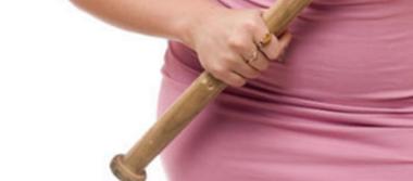 Con un bat, mujer defiende a su esposo de las agresiones de unos ladrones