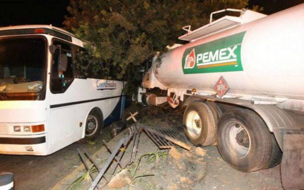 Pipa de Pemex se estrella contra árbol y autobús en Coyoacán