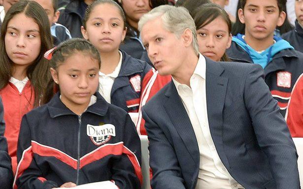 El gobernador Alfredo del Mazo entregó becas a estudiantes