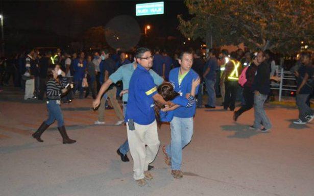 Evacúan a mil 800 trabajadores de empresa de refrescos; hay 40 intoxicados