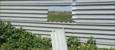 ¿Para qué saltar el muro? Migrantes lo atraviesan en Tijuana