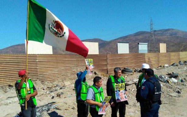 Activistas protestan contra Trump frente a prototipos de muro fronterizo