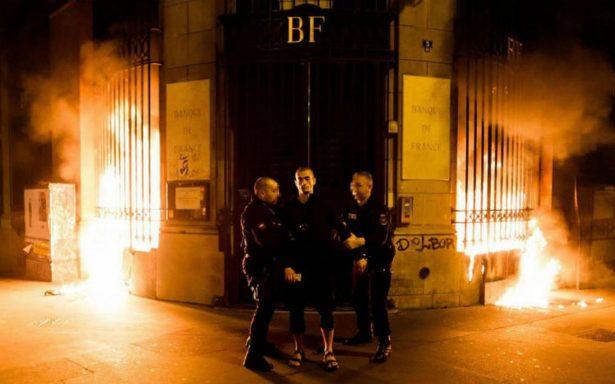 Artista ruso desafía de nuevo a la justicia, incendia banco de Francia
