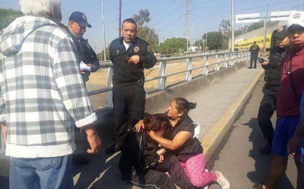 Rescatan a joven que intentó suicidarse de un puente en Álvaro Obregón