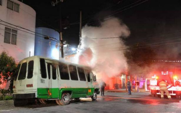 Incendio de microbús madruga a vecinos de la colonia Doctores