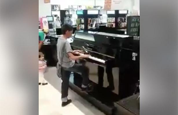 Tienda departamental encuentra a niño prodigio y le regala un piano