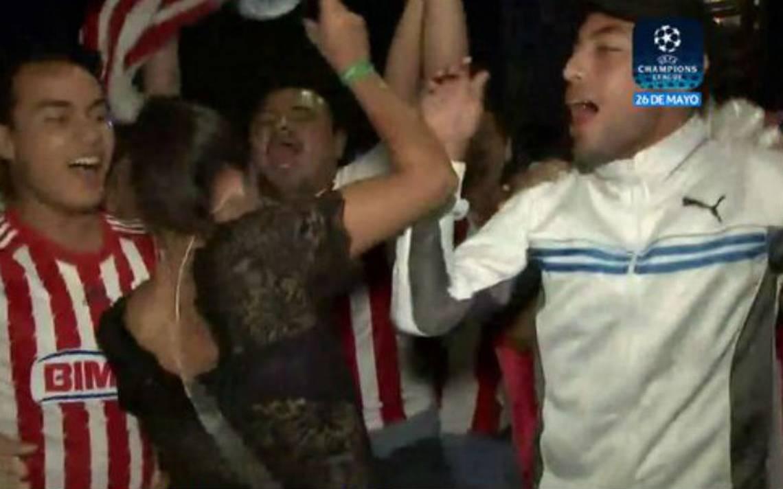 [Video] Aficionado de Chivas se propasa con reportera de Fox Sports, María Fernanda Mora