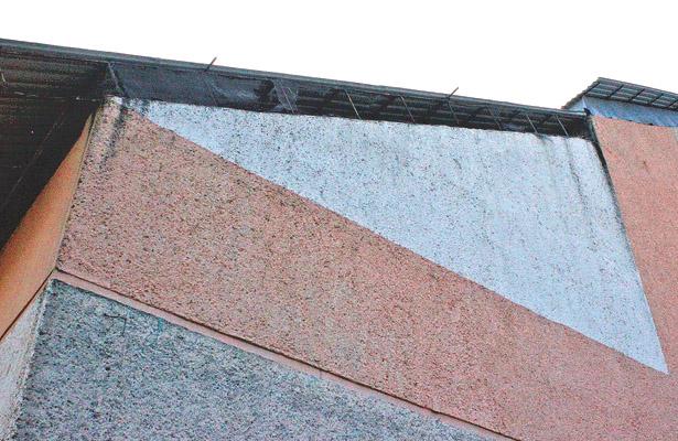 La malla y varias láminas del techo del gimnasio de la unidad deportiva de Tulancingo están en pésimas condiciones. Foto: Sol de Tulancingo.