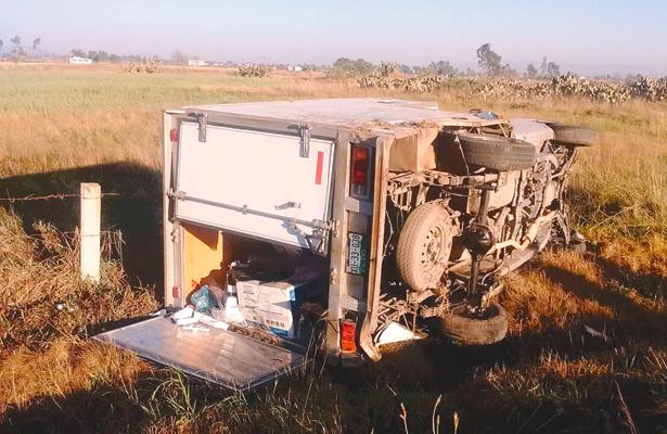 Hermanos heridos al volcar su camioneta
