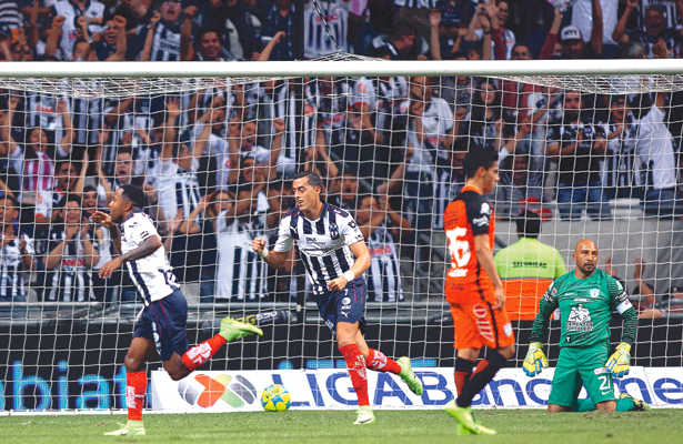 FUE apenas un error, una mala salida, y Monterrey no dejó pasar la oportunidad. Ahí nació el gol de Pabón con el que los Rayados vencieron al Pachuca. Foto: Sol de Tulancingo