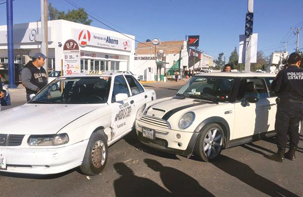 Colisiona moderno vehículo contra taxi