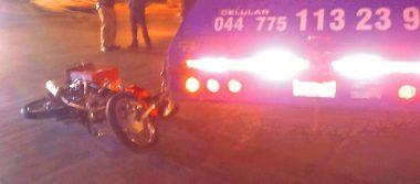 Motociclista choca contra pipa de gas estacionario