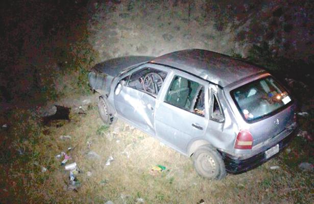 Auto cayó a canal con cuatro personas