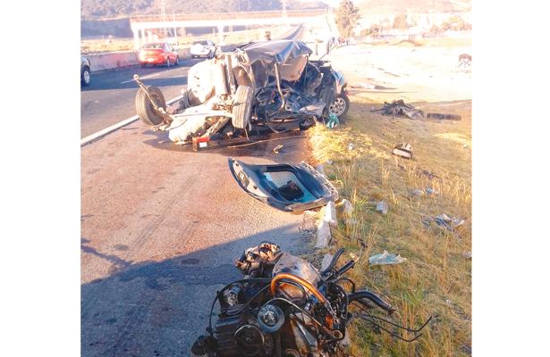 Su auto, destrozado; enfermera, sobrevive