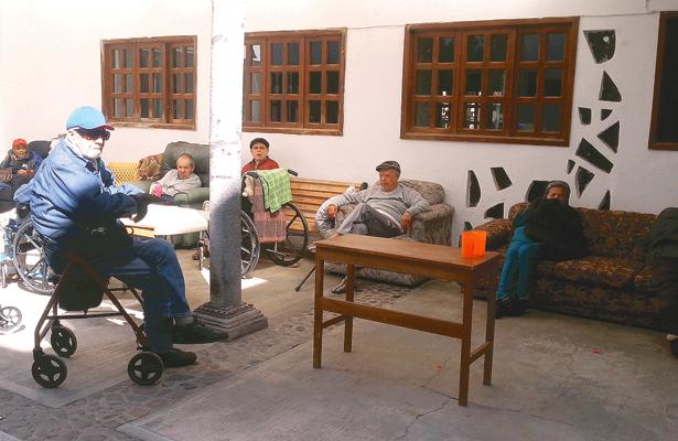 Abuelitos alegres y otros no tanto, en casas hogar