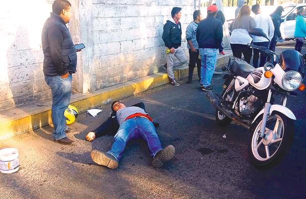 Conductor de la moto, también tuvo que ser atendido. Foto: El Sol de Tulancingo.