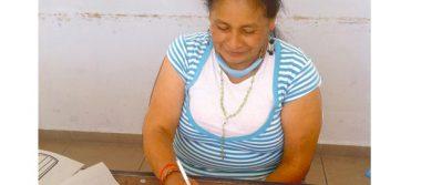 Gente de la tercera edad aprende a leer y escribir