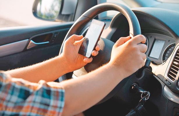 Usar celular cuando se maneja, peligroso