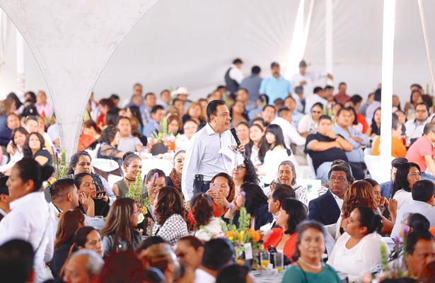 Fayad encabeza el festejo de los maestros en el Valle del Mezquital