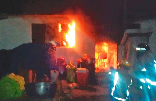 Incendio de casa en Jaltepec genera movilización policiaca y de Bomberos