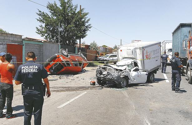 ¡Santo golpazo!, impacto entre camionetas deja 2 muertos y 4 heridos