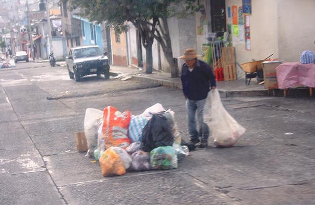 Pepenadores dejan desperdicios regados
