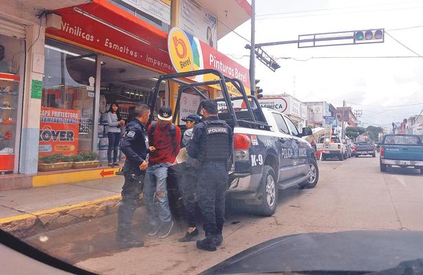 Policías preventivos retiran a los jóvenes viciosos de cruceros