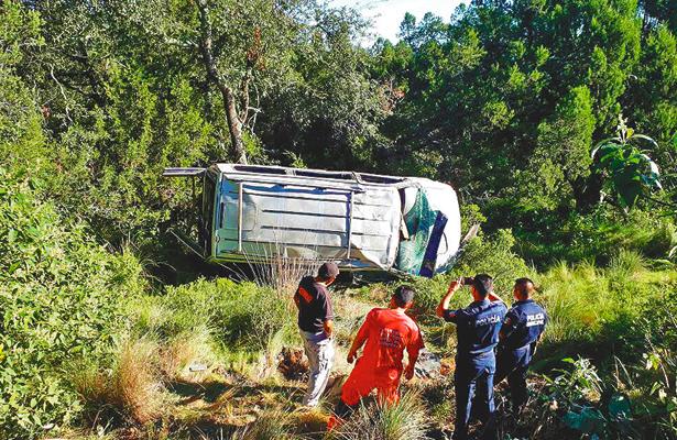 Vuelca camioneta de Huachicoles, transportaba casi 2 mil litros de gasolina